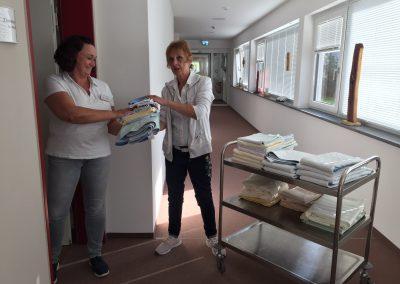 beim Auffüllen der Wäsche, Foto Susanne Reitz